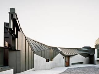 Casa Topográfica en Llavaneres: Casas de estilo moderno de MIAS Architects