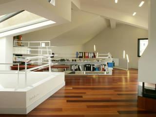 Casa Paseo en Caselles: Estudios y despachos de estilo moderno de MIAS Architects