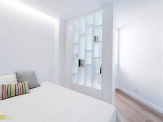 ATICO EN JOAQUIN COSTA: Dormitorios de estilo  de ambau taller d´arquitectes