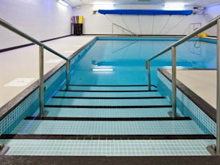 ​Advanced Hydrotherapy School Pool Ecoles modernes par London Swimming Pool Company Moderne