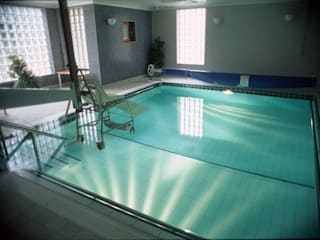 ​Parkside Hospital Piscine moderne par London Swimming Pool Company Moderne