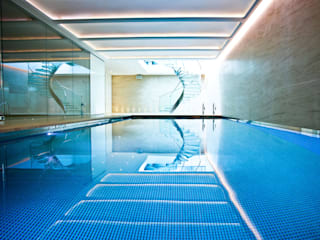Pool & Wellness Area with Spiral Staircase Piscine moderne par London Swimming Pool Company Moderne