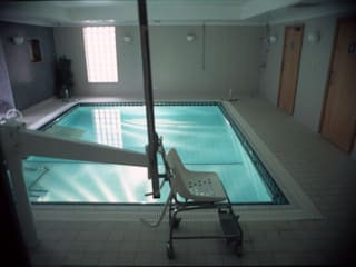 ​Parkside Hospital Moderne Pools von London Swimming Pool Company Modern