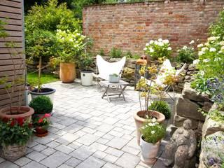 Outdoor - Terrasse mit alter Stallmauer und Trocksteinmauer:  Terrasse von raumatmosphäre pantanella