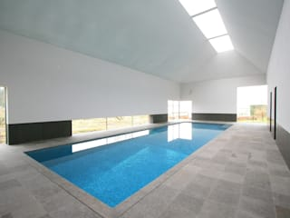 ​Minimalist Pool Piscinas de estilo moderno de London Swimming Pool Company Moderno