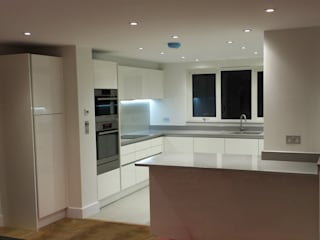 White gloss Handless Kitchen Modern kitchen by Hallmark Kitchen Designs Modern
