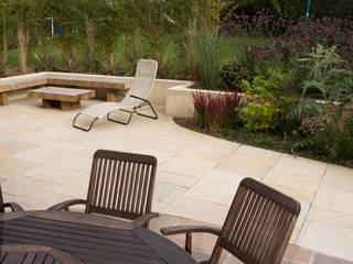 Modern Family garden in Essex モダンな庭 の Earth Designs モダン