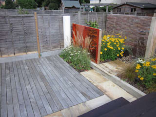 Modern Family garden in North London モダンな庭 の Earth Designs モダン