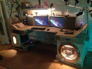 Steampunk-Schreibtisch, fertiggestellt, bei Nacht:   von palettenbett.com