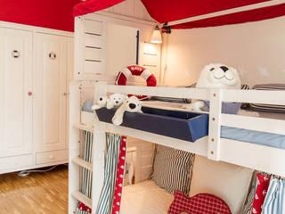 Phòng trẻ em phong cách Bắc Âu bởi Münchner HOME STAGING Agentur Bắc Âu