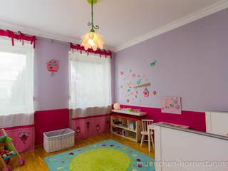 Phòng trẻ em phong cách chiết trung bởi Münchner HOME STAGING Agentur Chiết trung