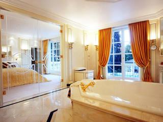 Villa in Monaco: Bagno in stile  di Scultura & Design S.r.l.