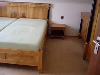 Schlafzimmer in massiv Kirschbaum von Kunst-und Möbeltischlerei Conrad Klassisch