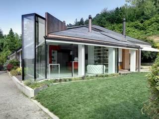 Cucina di vetro: Cucina in stile  di ARCHICURA