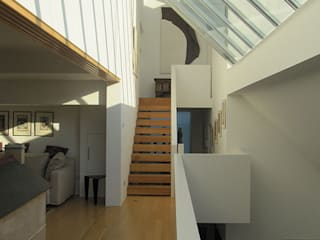 Modern House on Ebner Street in Wandsworth, London モダンスタイルの 玄関&廊下&階段 の 4D Studio Architects and Interior Designers モダン