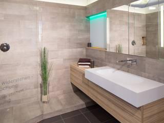 Waschplatz Mineralwerkstoff: moderne Badezimmer von Klocke Möbelwerkstätte GmbH