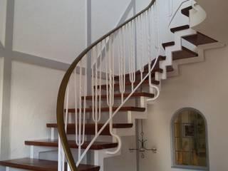 Treppenhausgestaltung:  Flur & Diele von Stuck Hallmann