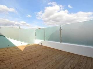 Hiên, sân thượng by Amorphous Design Ltd