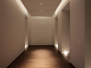 Modern Corridor, Hallway and Staircase by laboratorio di architettura - gianfranco mangiarotti Modern