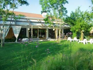 Casa di legno a Silea : Giardino in stile in stile Classico di mmpstudio