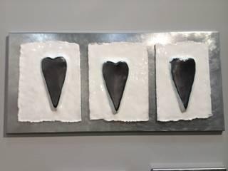 Pannello di arredamento in ceramica tre cuori bianchi:  in stile  di Catia clinaz