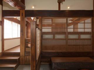 生業と共に刻まれた歴史、手斧削りの美しい梁組み: 吉田建築計画事務所が手掛けたです。