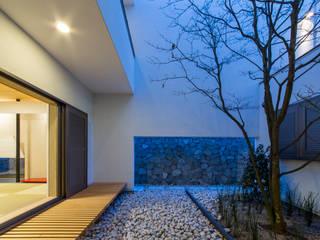 Modern garden by Kenji Yanagawa Architect and Associates Modern