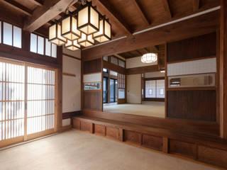 伝統のしつらえと、モダンライフの融合: 吉田建築計画事務所が手掛けた和室です。