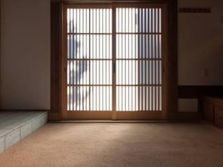 伝統のしつらえと、モダンライフの融合: 吉田建築計画事務所が手掛けたです。