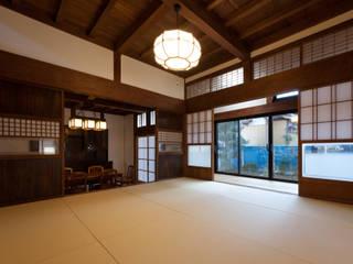 Livings de estilo clásico de 吉田建築計画事務所 Clásico