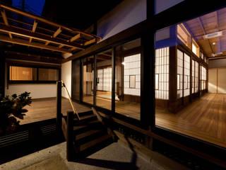 伝統のしつらえと、モダンライフの融合: 吉田建築計画事務所が手掛けたテラス・ベランダです。