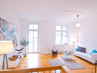 Nachher: Helles luftiges Wohnzimmer:   von RAUMGEFÜHL