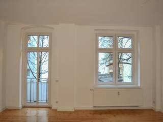Vorher: Kühl wirkendes Wohnzimmer:   von RAUMGEFÜHL