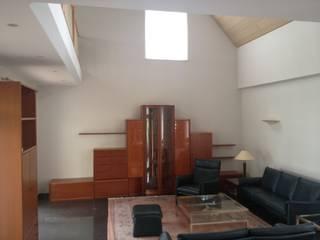 Wohnzimmer VORHER: moderne Wohnzimmer von HomeStagingDE