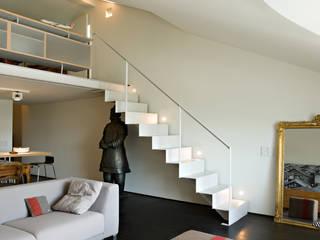 Scala e soppalco realizzati da NIVA-line Ingresso, Corridoio & Scale in stile moderno di Ni.va. Srl Moderno Metallo