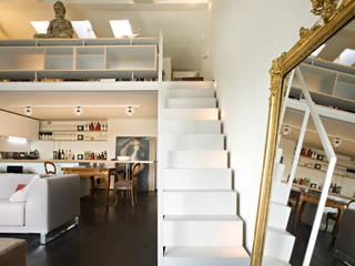 Staircase in the apartment guests - private villa by Ni.va. Srl Сучасний
