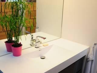 UN DUPLEX À LIVRE OUVERT: Salle de bains de style  par Tony Lemâle Intérieurs