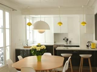 Appartement Parisien: Salle à manger de style de style Moderne par Camille Hermand Architectures