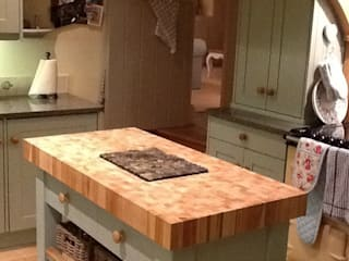 Butchers block island - end grain beech Country Interiors КухняШафи і полиці