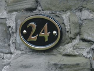Brass House Name and Number Signs de The House Nameplate Company Clásico