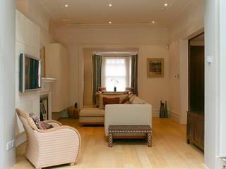 Belsize Park:  Living room by Hélène Dabrowski Interiors