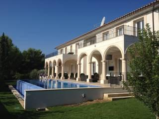 KJ: Piscinas de estilo mediterráneo de Fincas Cassiopea Group