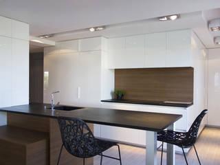 Duplex sur le toit: Salle à manger de style  par Agence LVH