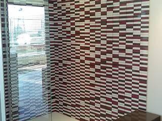 Plato de ducha y alicatado de Silestone: Baños de estilo  de SERRANOS Studio