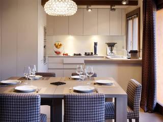 Rénovation d'un chalet à Méribel : Salle à manger de style  par Agence Amevet - AmDeCo