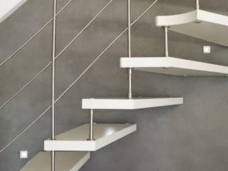 Escalier suspendu inox et bois laqué: Couloir et hall d'entrée de style  par ASCENSO