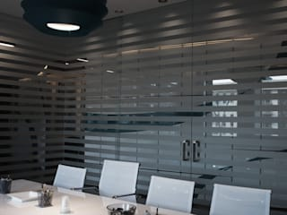 Edificios de oficinas de estilo moderno de SOA Spazio Oltre l'Architettura Moderno