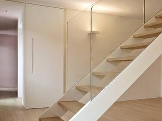 Scala realizzata da NIVA-line Ingresso, Corridoio & Scale in stile moderno di Ni.va. Srl Moderno
