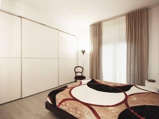 Apartment IN: Camera da letto in stile  di Marco Quagliatini - Estro Group
