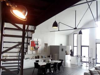 Maison contemporaine dans ancienhangar Salle à manger moderne par KJBI DECO Moderne
